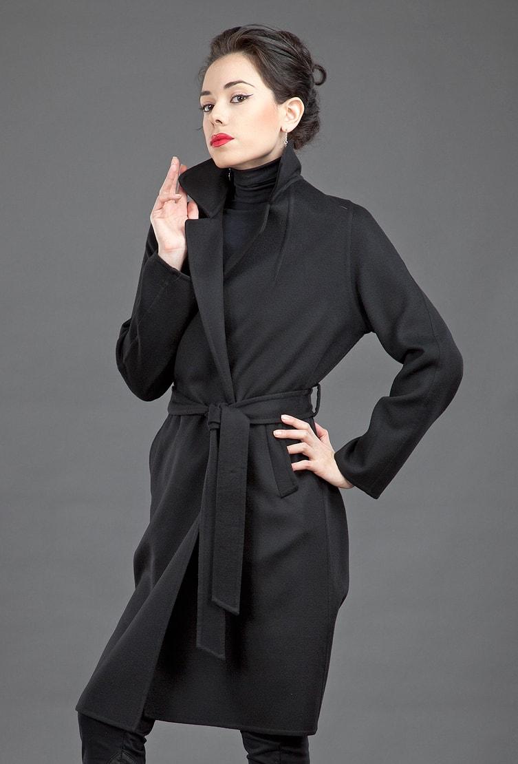 Элегантное черное пальто с запахом Teresa Tardia для деловых леди