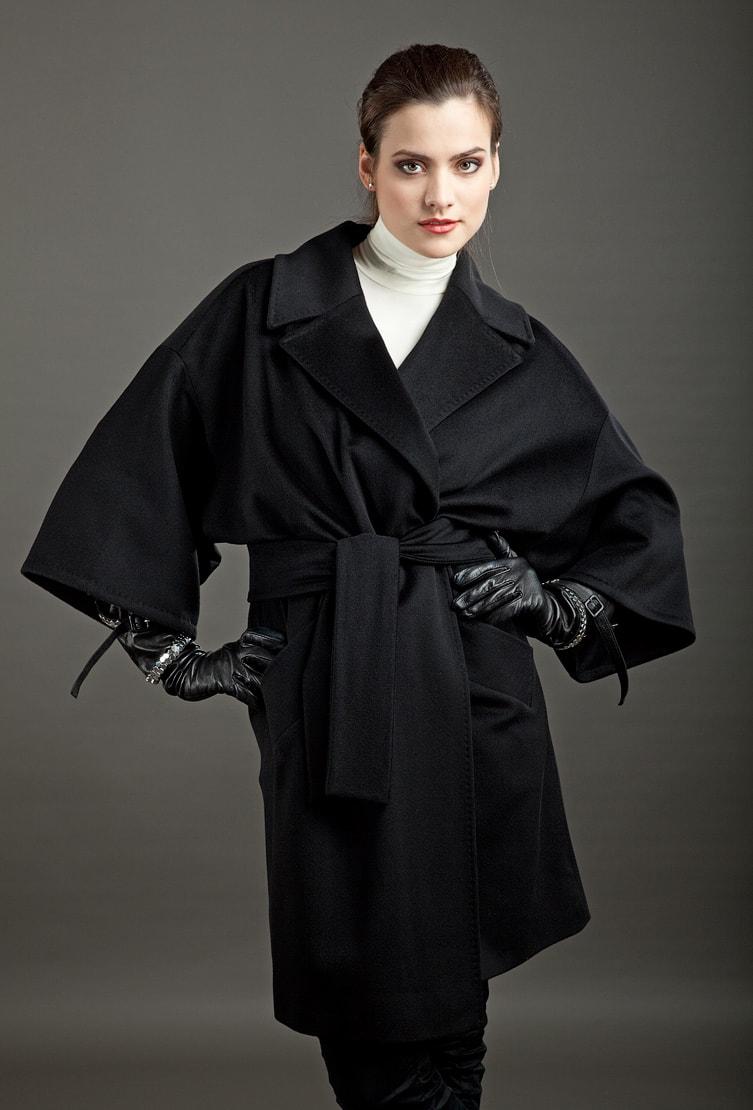 Черное пальто-кимоно Teresa Tardia с приспущенной линией плеч