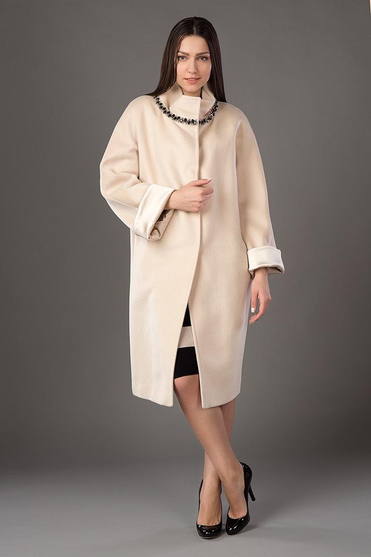 Модное женское пальто-кокон цвета слоновой кости