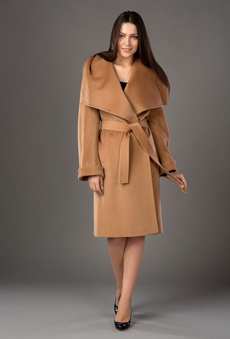 Модное женское пальто цвета кэмел с пелериной