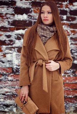 Классическое приталенное бежевое пальто с крупным воротником