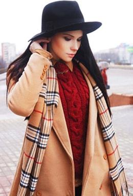 Женское демисезонное полупальто с шарфом в клетку