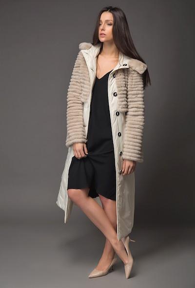 Бежевое пальто на синтепоне с отделкой из стриженого меха