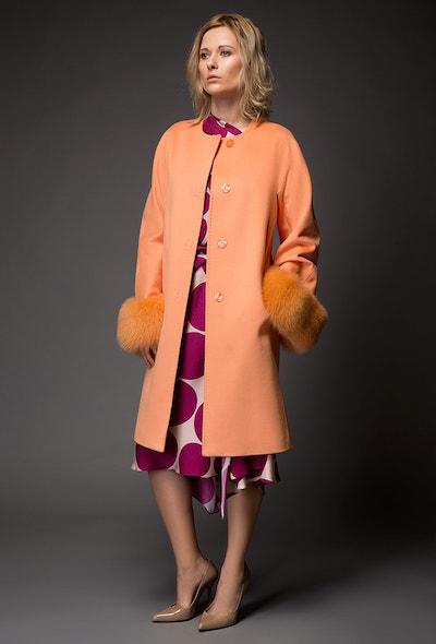 Модное приталенное пальто с мехом в классическом стиле