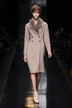зимнее женское пальто с меховым воротником от Ermanno Scervino