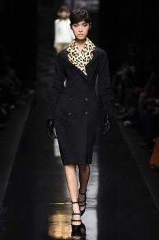 черное пальто зимнего сезона с леопардовым воротником из коллекции Ermanno Scervino