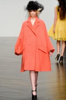 Объемное женское пальто зима персикового цвета от John Rocha