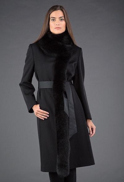Черное женское приталенное зимнее пальто с мехом лисы