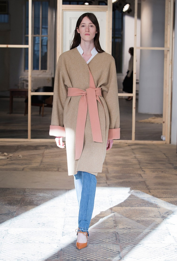 Модное женское пальто-кимоно из коллекции осень-зима