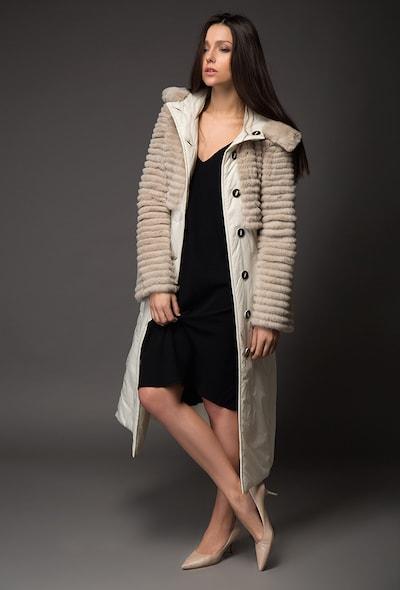 Бежевое демисезонное пальто с отделкой из стриженого меха