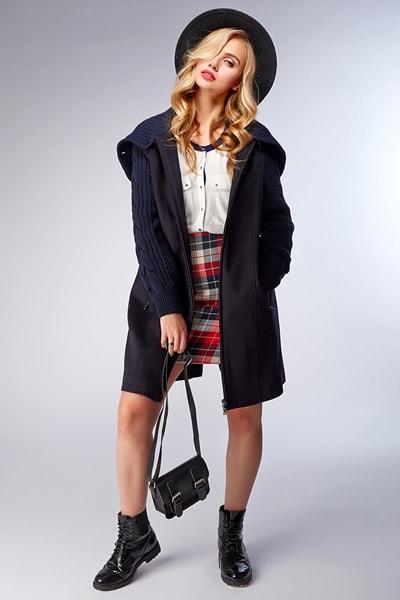 Модное длинное пальто с капюшоном и трикотажными манжетами