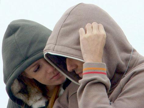фото людей в капюшоне