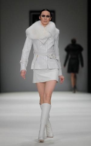 Белая куртка - модная новинка этого сезона.