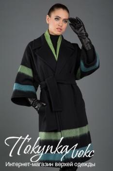 Модное осеннее пальто приталенного силуэта с яркими полосками