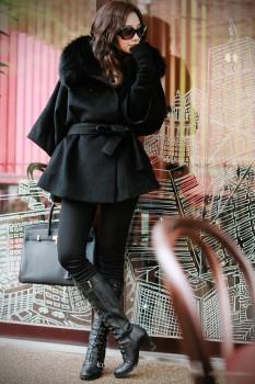 Стильное приталенное пальто с роскошной меховой отделкой