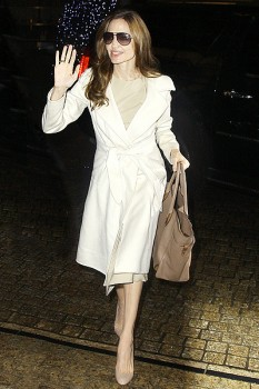 Белое пальто модного расклешенного силуэта