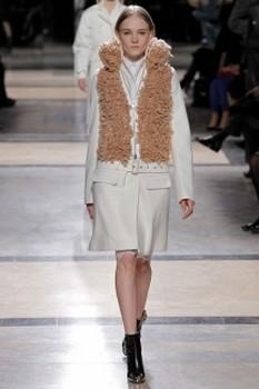 Модное женское пальто с буклированными элементами