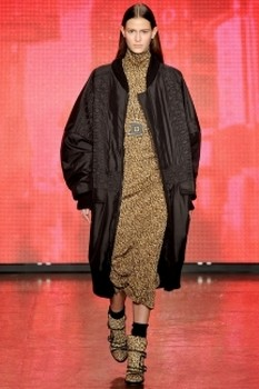 Длинное женское пальто с вязаными лацканами и воротником