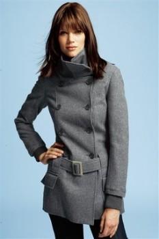 Женское пальто в стиле милитари с вязаными лацканами
