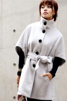 Модное пальто-кимоно для женщин с контрастными вязаными рукавами