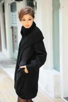 Женское пальто из комбинированного трикотажа с воротником-стойкой