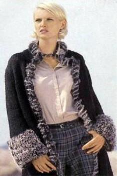 Стильное пальто прямого силуэта, декорированное буклированной вязкой