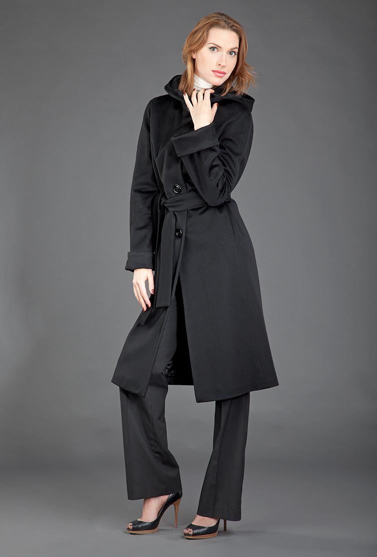 Теплое пальто с капюшономПальто<br>Теплое пальто с капюшоном<br>Цвет: черный; Размер: 50; Состав: 100% шерсть Loro Piana, подкладка - 57% вискоза, 43% ацетат; Материал: 100% шерсть Loro Piana, подкладка - 57% вискоза, 43% ацетат;