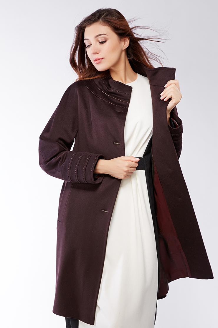 Пальто средней длины с воротником-воронкойПальто<br>Пальто средней длины с воротником-воронкой<br>Цвет: баклажан; Размер: 44, 46, 48, 50, 52, 54, 56; Состав: 100% шерсть LoroPiana SuperFine; подкладка - 57% вискоза, 43% ацетат; Материал: 100% шерсть LoroPiana SuperFine; подкладка - 57% вискоза, 43% ацетат;