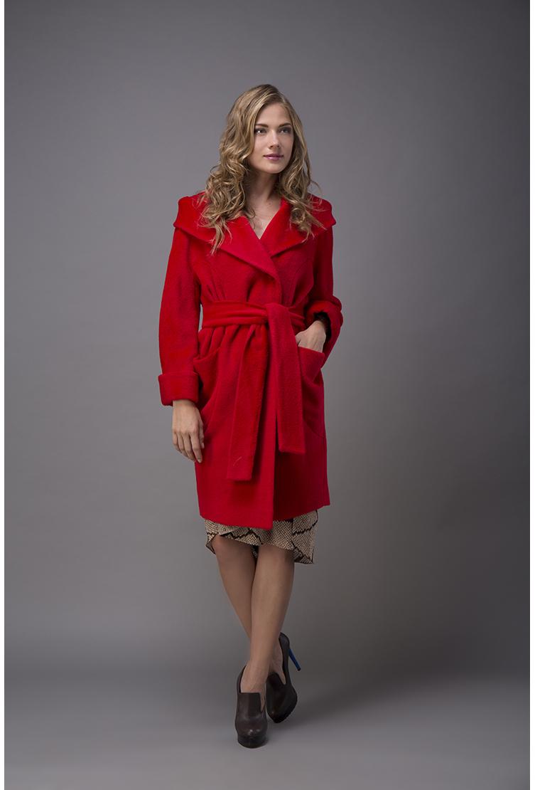 Итальянское пальто средней длины из альпака с капюшономПальто<br>Итальянское пальто средней длины из альпака с капюшоном<br>Цвет: красный; Размер: 40, 44, 46, 48, 50; Состав: 75% альпака + 25% шерсть. Подкладка 57% вискоза, 43% ацетат; Материал: 75% альпака + 25% шерсть. Подкладка 57% вискоза, 43% ацетат;