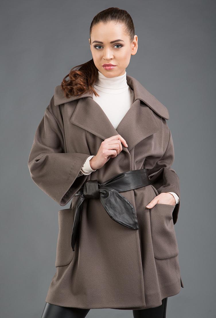 Короткое молодежное пальто-кимоно с кожаным поясомПальто<br>Короткое молодежное пальто-кимоно с кожаным поясом<br>Цвет: табачный; Размер: 44; Состав: 100% шерсть LoroPiana SuperFine, подкладка - 57% вискоза, 43% ацетат; Материал: 100% шерсть LoroPiana SuperFine, подкладка - 57% вискоза, 43% ацетат;