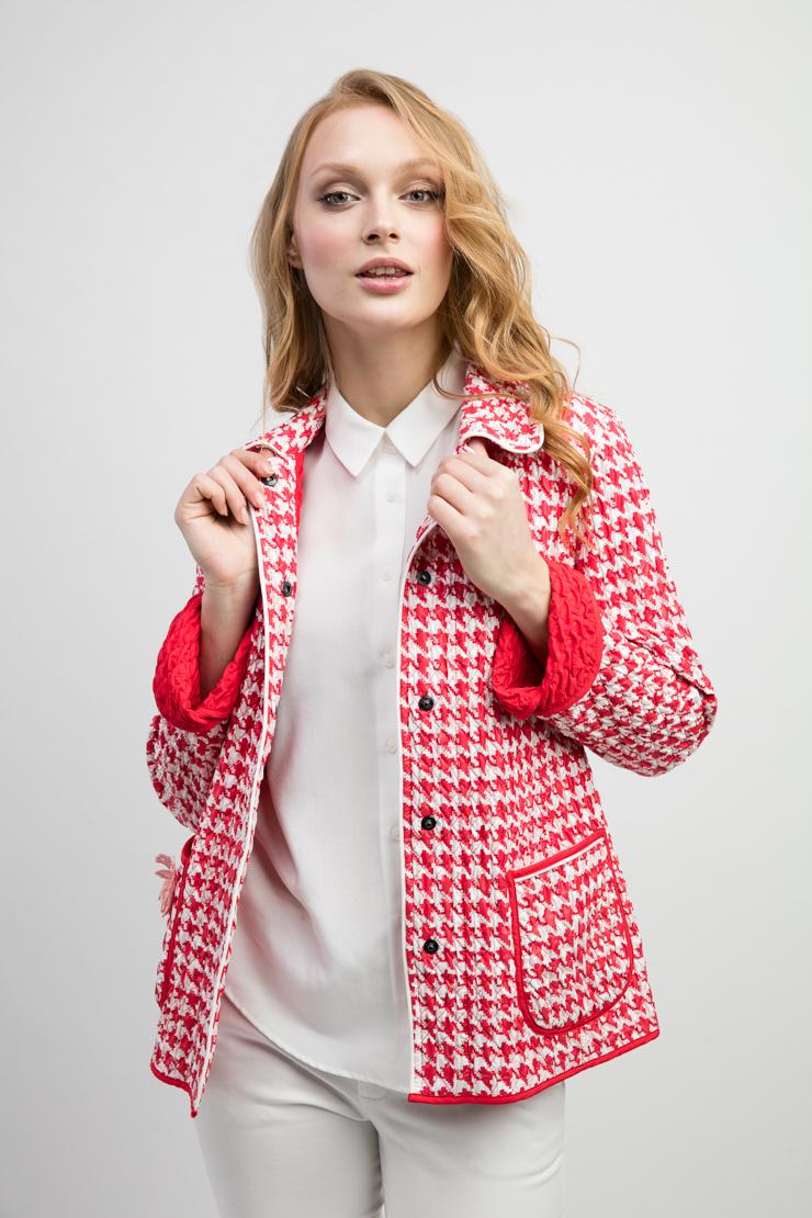 Стеганая женская куртка двусторонняя из ИталииКуртки<br>Стеганая женская куртка двусторонняя из Италии<br>Цвет: красный; Размер: 44, 52; Состав: 100% полиэстер; подкладка - 100% полиэстер; Материал: 100% полиэстер; подкладка - 100% полиэстер;