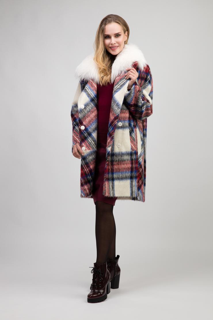 Зимнее шерстяное пальто на запахе с мехом енотаПальто<br>Зимнее шерстяное пальто на запахе с мехом енота<br>Цвет: красно-белый; Размер: 54; Состав: 80% мохер, 20% сури альпака, подкладка -100% вискоза, утеплитель - изософт, меховая отделка - енот; Материал: 80% мохер, 20% сури альпака, подкладка -100% вискоза, утеплитель - изософт, меховая отделка - енот;