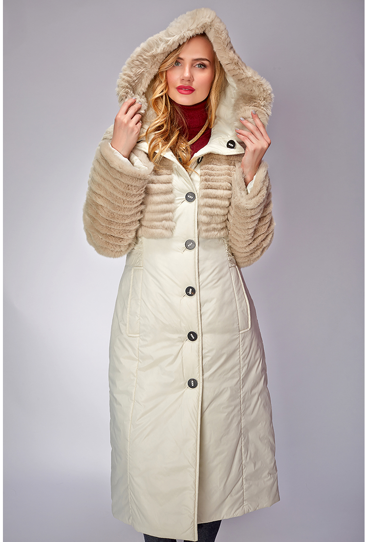 Бежевое демисезонное пальто с отделкой из стриженого меха. Производитель: Visconf/Violanti, артикул: 12145