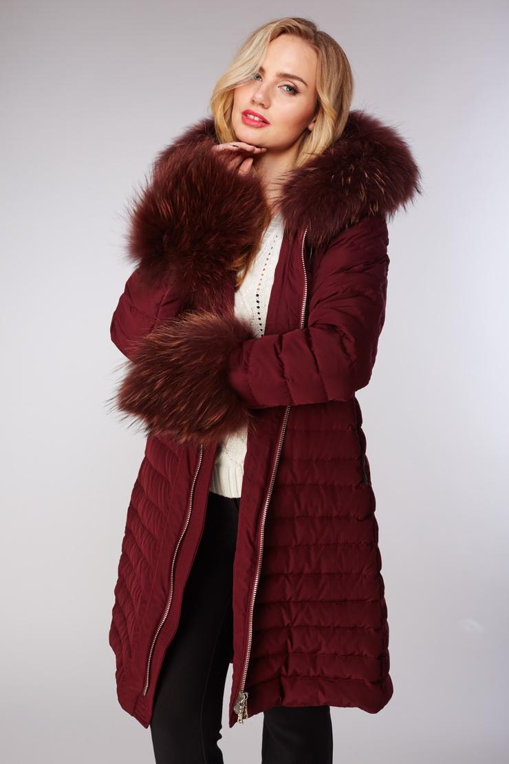 Приталенный бордовый женский пуховик AFG с мехом енота. Производитель: AFG, артикул: 12344