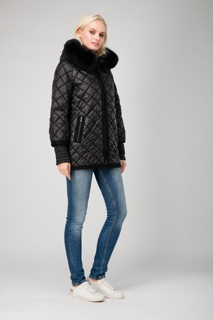 Стеганая женская куртка с мехом и капюшоном фото