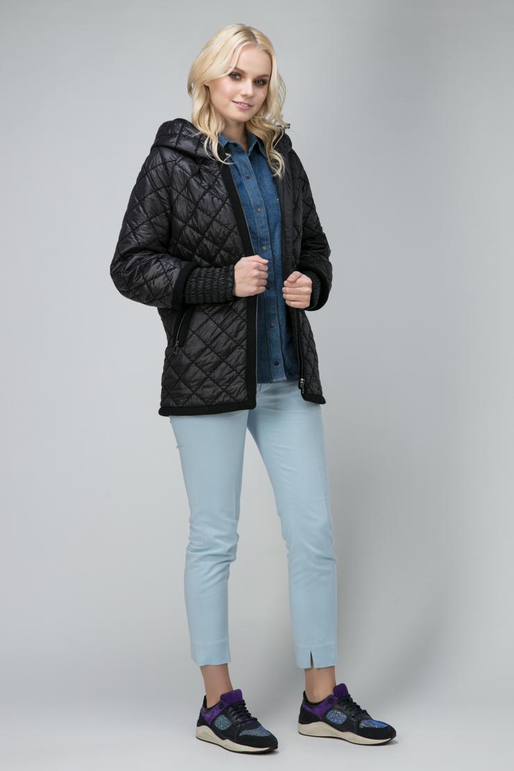 Короткая утепленная женская куртка с капюшоном фото