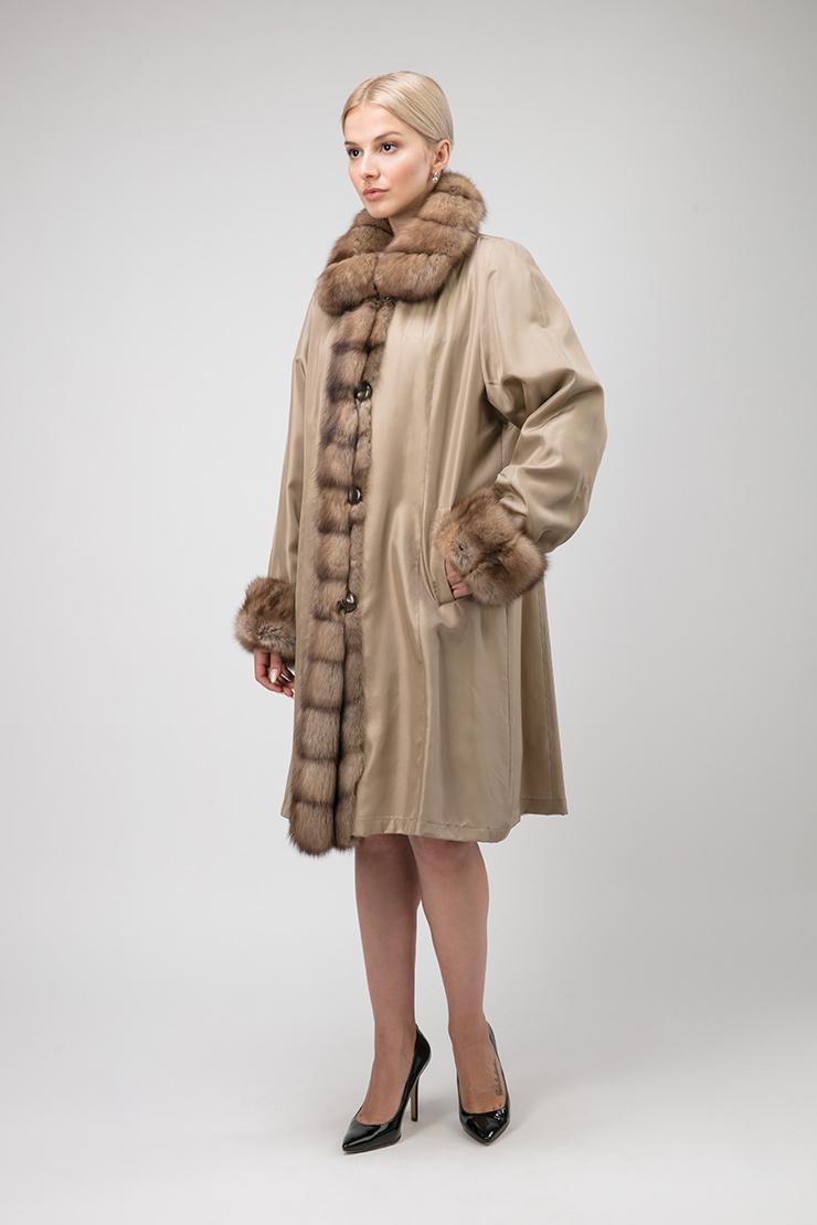 Длинное двустороннее пальто на меху ласки с отделкой из соболя фото