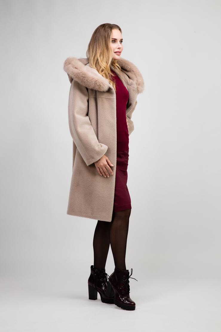 Утепленное пальто из альпака средней длины с мехомПальто<br>Утепленное пальто из альпака средней длины с мехом<br>Цвет: карамель; Размер: 44, 50, 52; Состав: 75% Suri alpaca (сури альпака) 25% шерсть;  подкладка - 100% вискоза; утеплитель - изософт; меховая отделка - лиса; Материал: 75% Suri alpaca (сури альпака) 25% шерсть;  подкладка - 100% вискоза; утеплитель - изософт; меховая отделка - лиса;