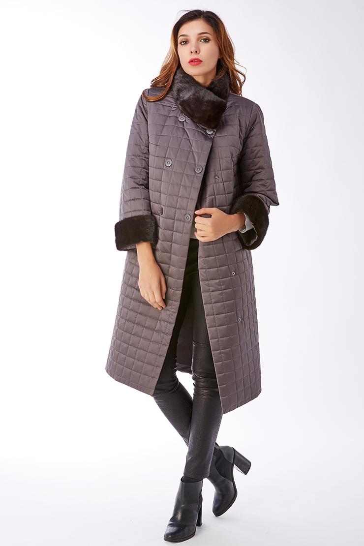 Стеганое пальто двубортное на тинсулейте с меховым воротникомПальто<br>Стеганое пальто двубортное на тинсулейте с меховым воротником<br>Цвет: графит; Размер: 50; Состав: 100% п/э; подкладка - 100% п/э; утеплитель - thinsulate; меховая отделка - норка натуральная; Материал: 100% п/э; подкладка - 100% п/э; утеплитель - thinsulate; меховая отделка - норка натуральная;