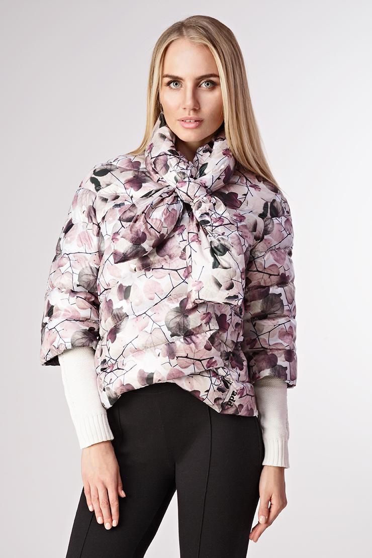 Укороченная стеганая женская куртка на пуху ADD с цветочным принтомКуртки<br>Укороченная стеганая женская куртка на пуху ADD с цветочным принтом<br>Цвет: бежевый; Размер: 40, 42; Состав: 100% п/а, подкладка 100% п/а, наполнитель - 100% утиный пух; Материал: 100% п/а, подкладка 100% п/а, наполнитель - 100% утиный пух;