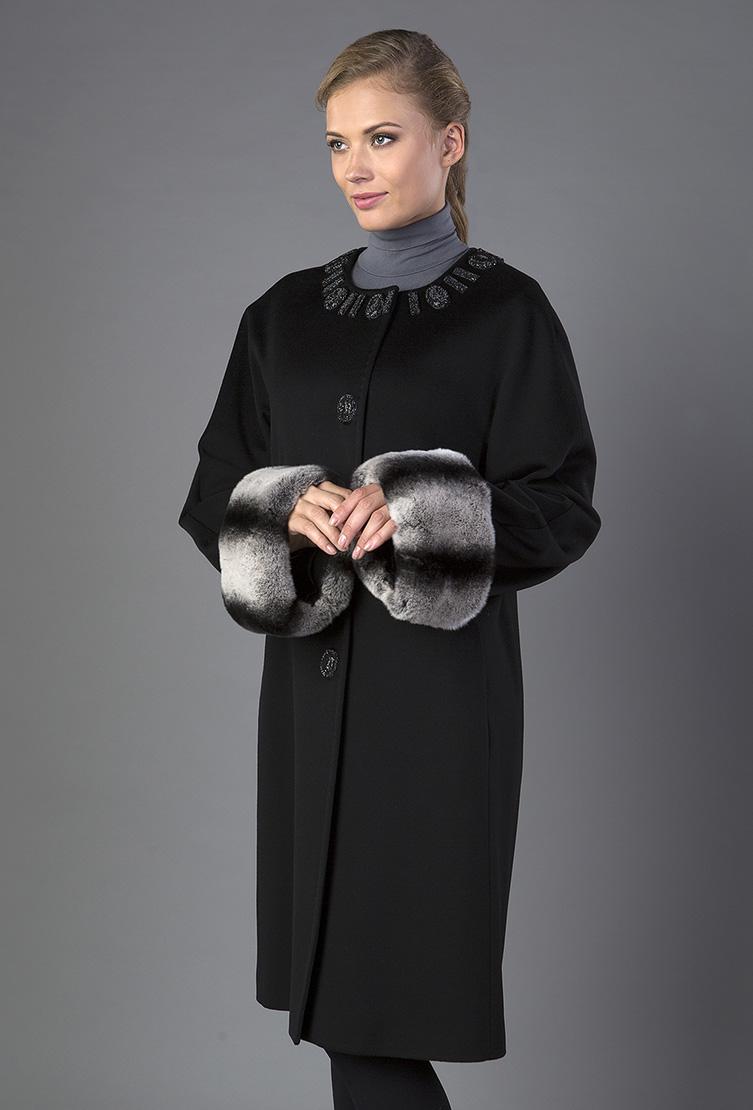 Шерстяное женское пальто с декоромПальто<br>Шерстяное женское пальто с декором<br>Цвет: черный; Размер: 48; Состав: 100% шерсть Loro Piana SF, подкладка 100% вискоза, меховая отделка - кролик; Материал: 100% шерсть Loro Piana SF, подкладка 100% вискоза, меховая отделка - кролик;