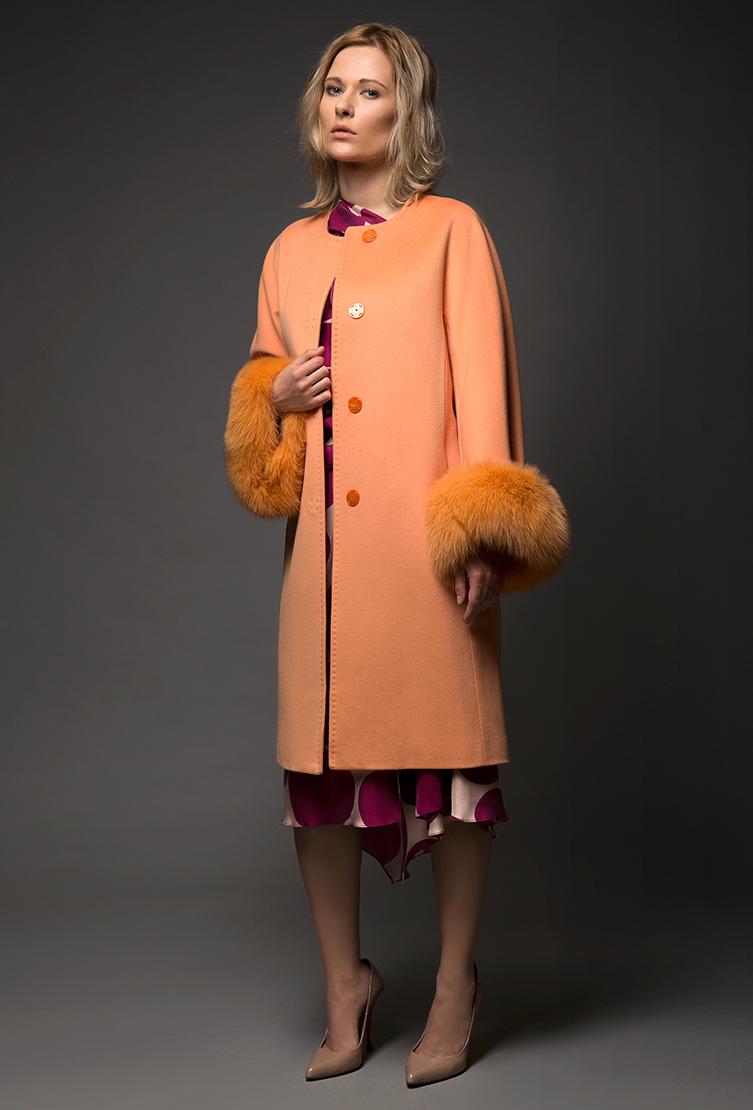 Женское шерстяное пальто средней длины с мехомПальто<br>Женское шерстяное пальто средней длины с мехом<br>Цвет: персиковый; Размер: 42; Состав: 100% шерсть Loro Piana SF; подкладка 100% вискоза; меховая отделка - лиса; Материал: 100% шерсть Loro Piana SF; подкладка 100% вискоза; меховая отделка - лиса;