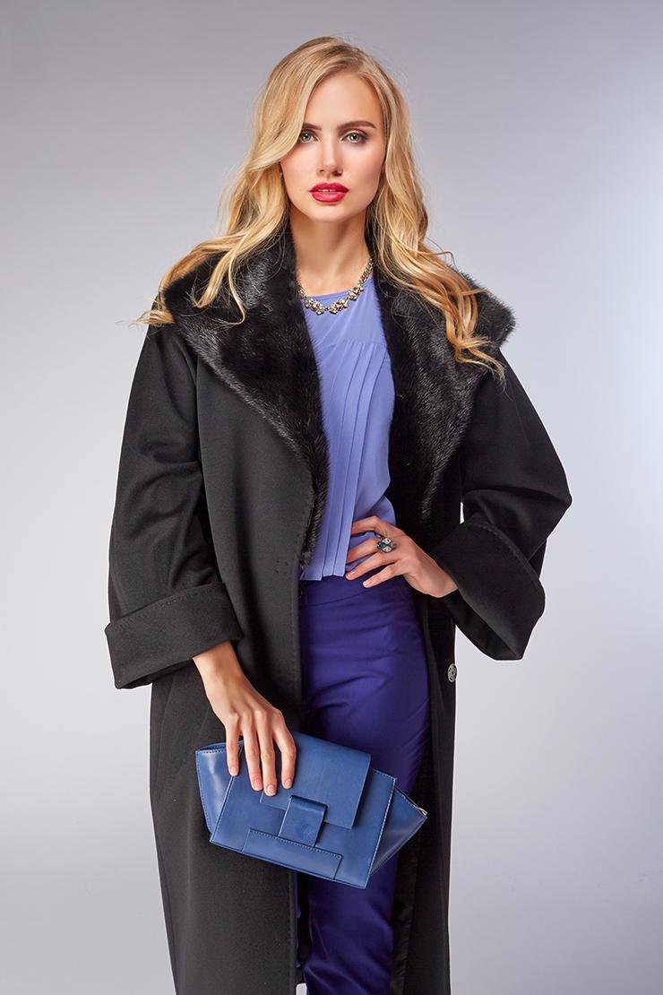 Женское пальто оверсайз с меховым воротником из норкиПальто<br>Женское пальто оверсайз с меховым воротником из норки<br>Цвет: черный; Размер: 48, 50, 52, 54, 60, 62; Состав: 100% шерсть Loro Piana SF; подкладка 100% вискоза; меховая отделка - норка натуральная; Материал: 100% шерсть Loro Piana SF; подкладка 100% вискоза; меховая отделка - норка натуральная;