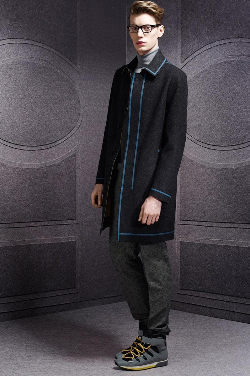 Короткое черное пальто с контрастным синим кантом от Viktor & Rolf