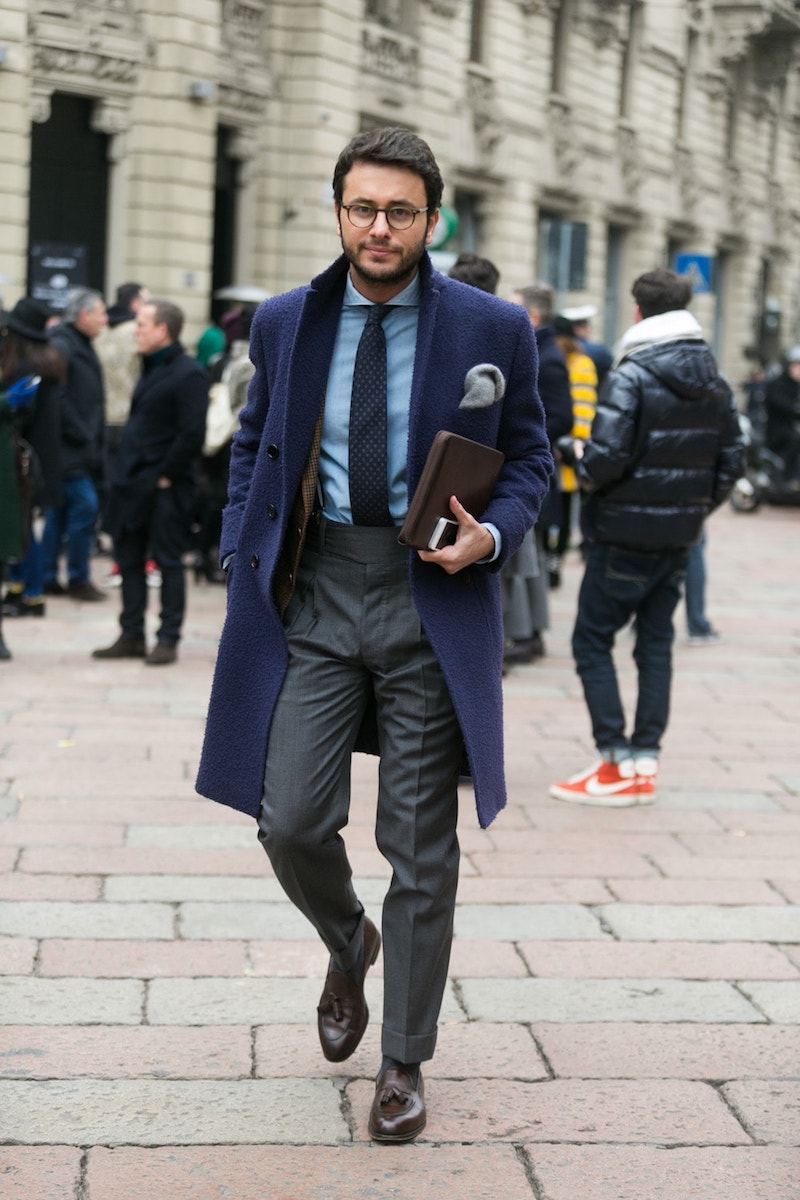 Темно-синее мужское пальто в классическом стиле