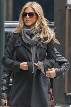 Дженнифер Энистон предпочитает трикотажные мягкие шарфы